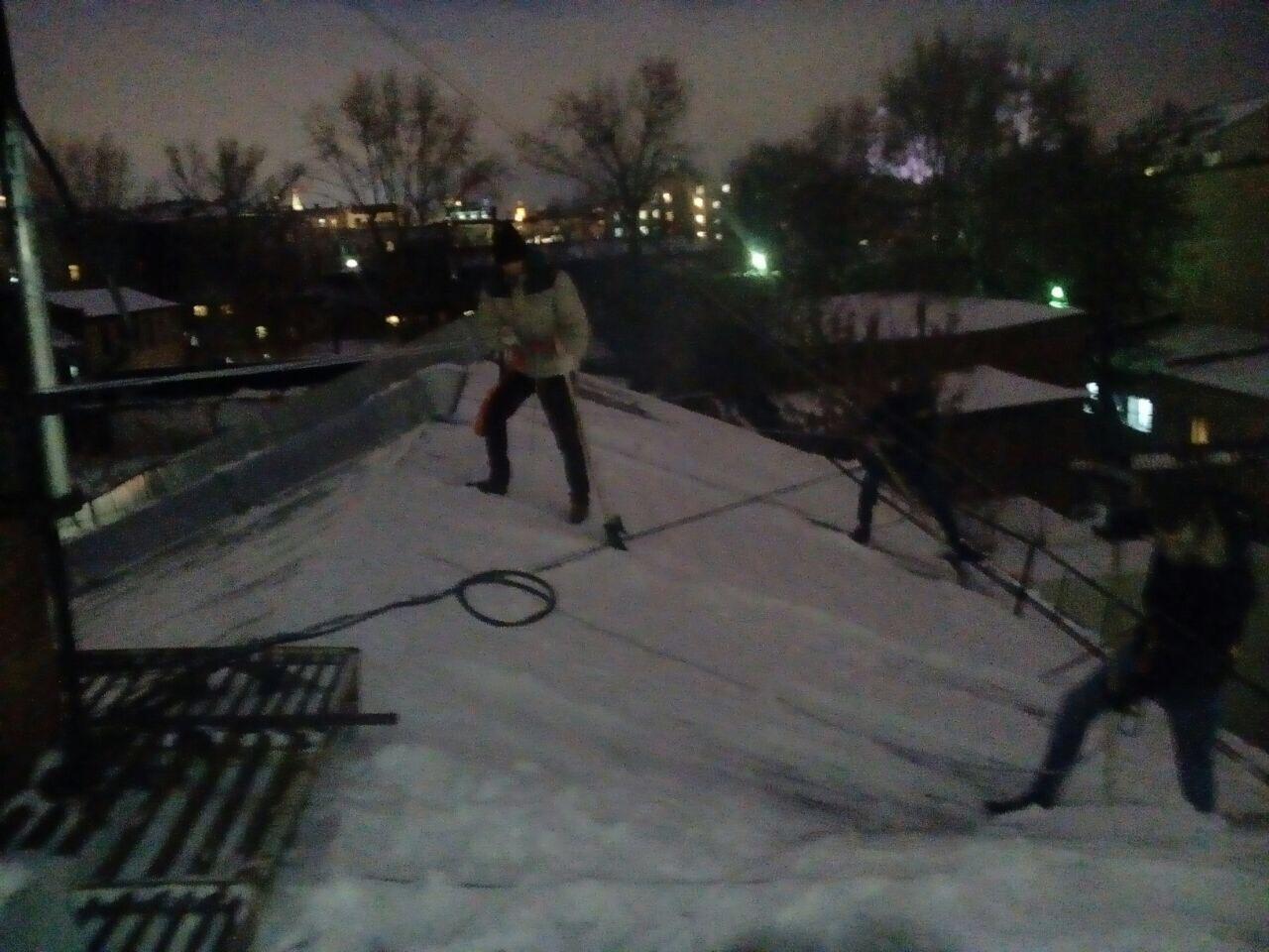очистка кровли от снега в ночное время