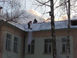 очистка снега с кровли