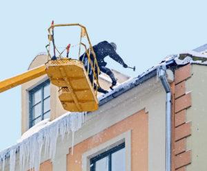 Очистка крыши от сосулек