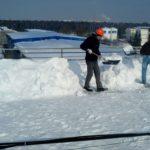 Очистка кровли завода от снега