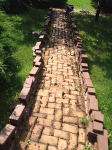 Монтаж садовой дорожки