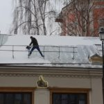 Чистка кровли ресторана от снега