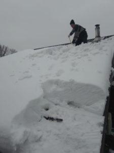 Чистка кровли коттеджа от снега