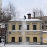 работа по уборке снега с крыши