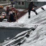уборка снега с крыши в центре Москвы
