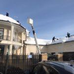 уборка снега с крыши коттеджа